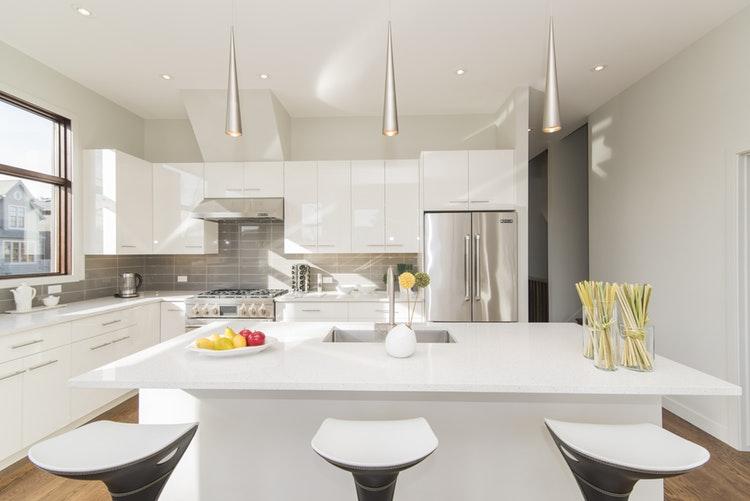 ¿Cocinas blancas o con color?